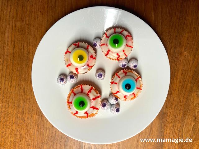 Augen als Muffins für das Halloween-Buffet