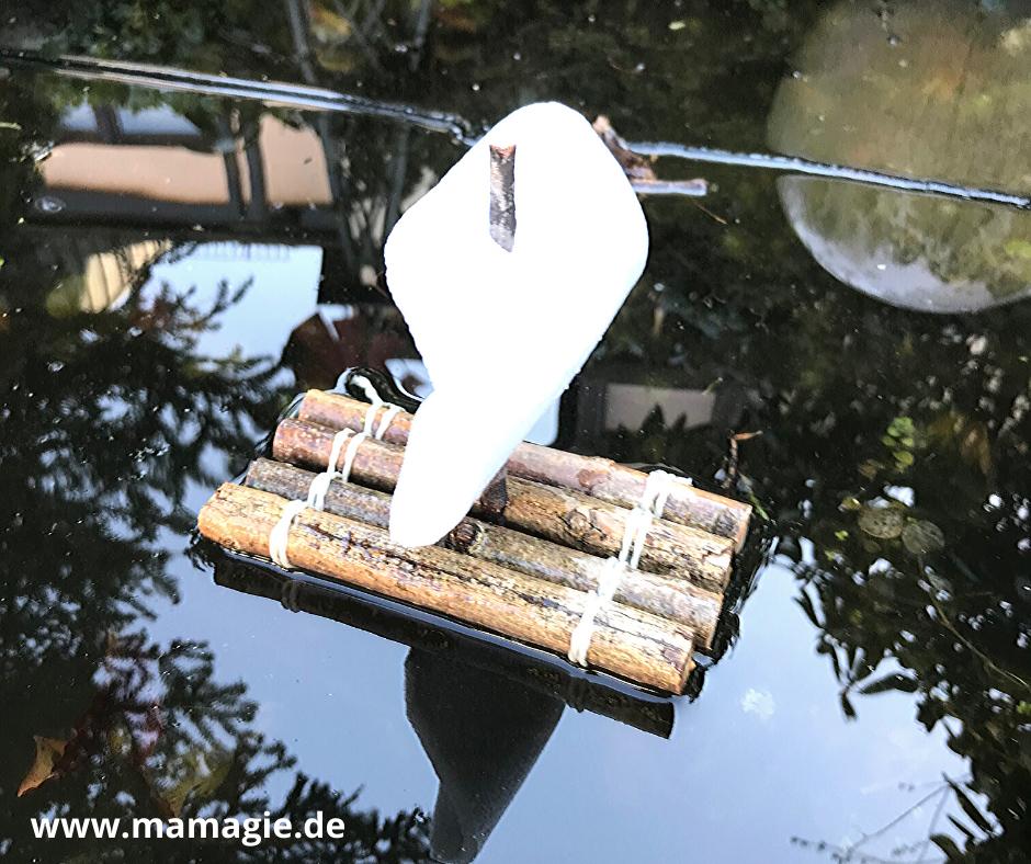Selbst gemachtes Floß aus Stöcken