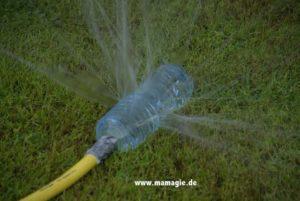 Selbstgemachter Sprinkler oder Rasensprenger aus Plastikflasche