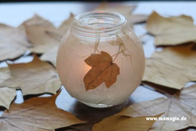Selbstgemachtes Windlicht mit getrockneten Blättern
