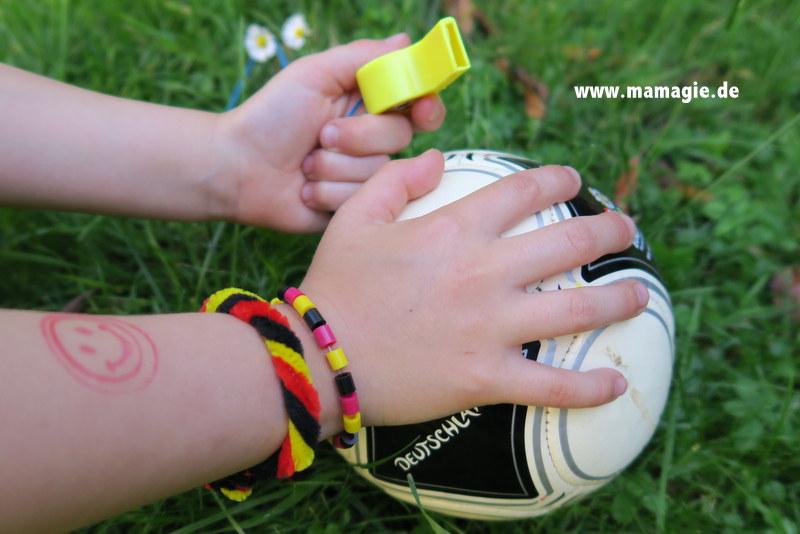 kinderleich selbstgemachte Armbänder in schwarz rot gold