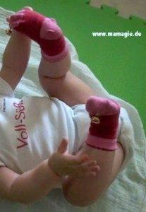 DIY Socken mit Glöckchen, um Babys zu beschäftigen