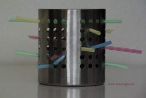 Feinmotorik trainieren mit Besteckkorb und Strohhalmen