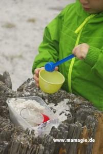 Sandeln mit Milchpulver-Löffel und leeren Verpackungen
