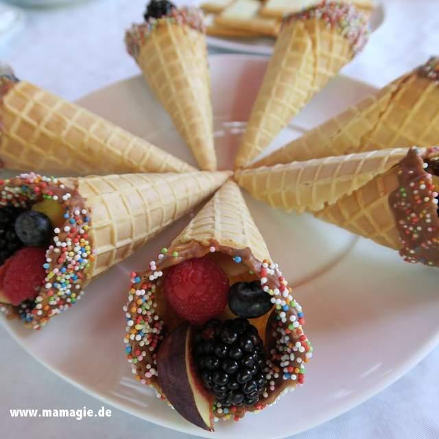 Bunte Eistüten mit Früchten