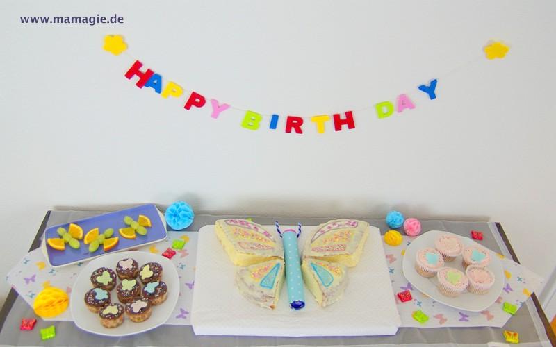 Buffet mit Schmetterlingskuchen, Schmetterlings-Cupcakes, Schmetterlings-Fruchtspieße