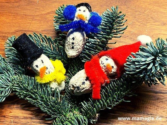Schneemänner aus Erdnüssen als Weihnachtsbaum-Anhänger basteln