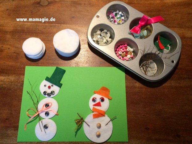 Verschiedene Schneemänner legen mit Wattepads, Knöpfen und mehr